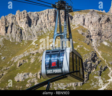 A cable car takes you from the road to the Sass Pordoi plateau - Stock Image