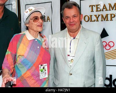 Margarete Bergmann-Lambert mit NOK-Präsident Walther Tröger am 26.07.1996 im Deutschen Haus von Atlanta. - Stock Image