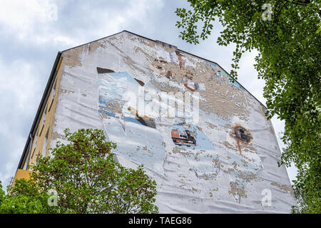 Goethe Street, Charlottenburg, Berlin.  Old dilapidated fire wall with peeling paint and street art remnant in Goethestrasse - Stock Image