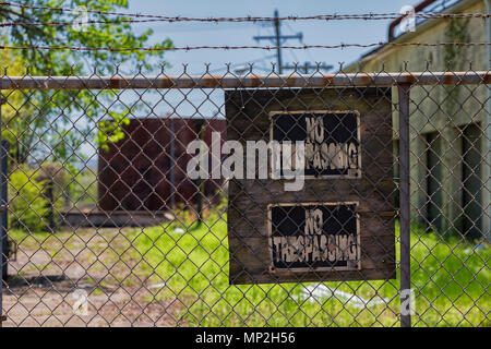 Abandoned factory in Arkansas, US, with no trespassing sign - Stock Image