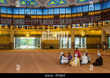 Men Talking in the Prayer Hall of the Masjid Negara (National Mosque), Kuala Lumpur, Malaysia. - Stock Image