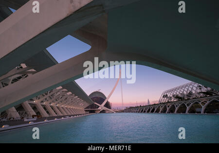 L'Umbracle building, with El Pont de l'Assut de l'Or in the background, City of Arts and Sciences, Valencia, Spain - Stock Image