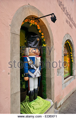 A life-size toy soldier watches passersby from doorway in Geschenkehaus am Markt, Rothenburg ob der Tauber, Germany. - Stock Image