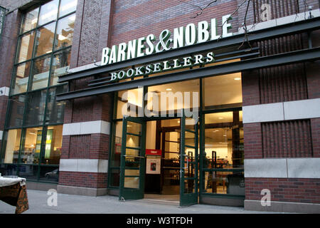New YOrk, USA. 13 April, 2006. Atmosphere, exterior at the book launch of 'Words of Wisdom - Daily Affirmations of Faith' at Barnes & Noble Columbus Circle. Credit: Steve Mack/Alamy - Stock Image