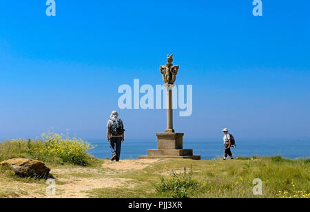 France, Brittany, Finistere, Hikers near a Calvary to glorious Our Lady of Lourdes, Le Pouldu - Stock Image