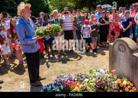 Tolpuddle, UK. 22nd July 2018. Tolpuddle MartyrsÕ Festival. Jeremy Corbyn lays wreath on the grave of Tolpuddle Martyr James Hammett. Credit: Stephen Bell/Alamy Live News. - Stock Image