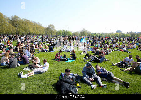 Hyde Park, London, UK 20 Apr 2019 - Tens of thousands of people enjoy sunny and hot weather in London's Hyde Park. According to the Met Office, today is the hottest day so far this year and hottest Easter for 70 years as many parts of the UK bask in temperatures warmer than Mediterranean tourist spots. The heatwave is expected to see temperatures peaking with record-breaking highs of 26C on Easter Sunday and 27C on Easter Monday.  Credit: Dinendra Haria/Alamy Live News - Stock Image
