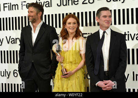 Karlovy Vary, Czech Republic. 28th June, 2019. US actress Julianne Moore received Crystal Globe award for contribution to world cinematography at the opening ceremony of the 54th Karlovy Vary International Film Festival in Karlovy Vary, Czech Republic, on Friday, June 28, 2019. On the photo from left: scriptwriter and director Bart Freundlich and his wife Julianne Moore and US actor Billy Crudup. Credit: Slavomir Kubes/CTK Photo/Alamy Live News - Stock Image
