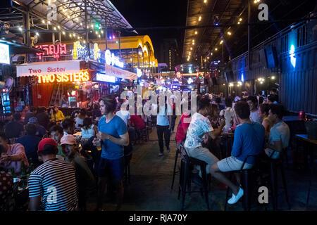 Kambodscha, Phnom Penh, Jet Containers, ein modernes Bar- und Vergnügungsviertel aus ehemaligen Containern spricht vor allem die junge Generation der  - Stock Image