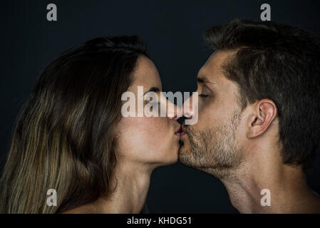 Couple kissing with eyes closed - Stock Image