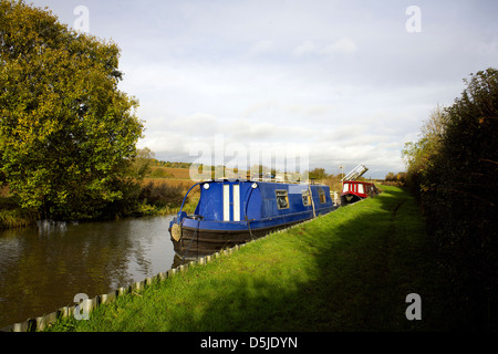 Narrowboats on the Oxford Canal Oxfordshire Oxon England boat narrowboat canal canals scene autumn colours colors - Stock Image