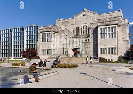 Students in front of the 1925 UBC Main Library and the  Irving K. Barber Learning Centre, University of British Columbia, Vancouver, BC, Canada - Stock Image