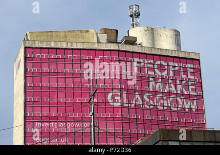 People Make Glasgow in pink, Glasgow City Brand, Strathclyde University, Met Tower, city centre, Scotland, UK - Stock Image