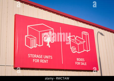 Sign reading 'Storage units for rent' and 'Boxes for sale' on the side of a Shurgard self-storage facility in Caversham, Reading, Berkshire. - Stock Image