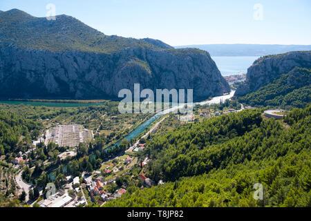 Kroatien, Dalmatien, Mündung des Flusses Cetina ins adriatische Meer bei der Ortschaft Omis - Stock Image