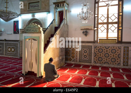Man praying, Al-Husseiny mosque, (King Hussein) in downtown Amman, Jordan. - Stock Image