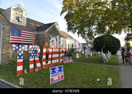 Bellmore, United States. 02nd Nov, 2016. Bellmore, New York, USA. November 2, 2016. Neighbors and others stand talking - Stock Image