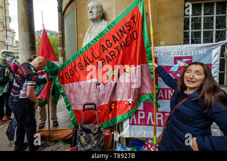 London, UK. 11th May 2019. People get banners ready in fron of the bust of John Nash for the march from the BBC to a rally in Whitehall a few days before Nakba day showing solidarity with the Palestinian people and opposing continued Israel violation of international law and human rights. The protest called for an end to Israeli oppression and the siege of Gaza and for a just peace that recognises Palestinian rights including the right of return. It urged everyone to boycott and divest from Israel and donate to medical aid for Palestine. Peter Marshall/Alamy Live News Credit: Peter Marshall/Al - Stock Image