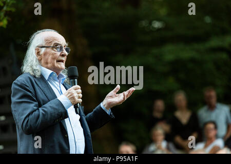 Mülheim an der Ruhr, Germany. 14. July 2018. Actor and theatre director Roberto Ciulli talking to the audience before the performance of Verrückt (Crazy) by Eduardo de Filippo, Theater an der Ruhr, White Nights (Weiße Nächte) Open-Air Festival in Raffelbergpark.  Photo: Bettina Strenske/Alamy Live News - Stock Image