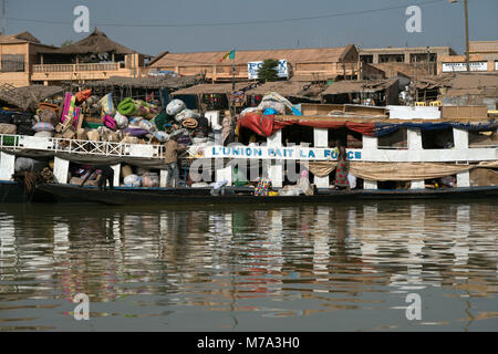 Passengers and cargo travelling by boat on the Niger River. Mopti, Mali, West Africa. - Stock Image