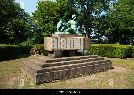 Deutschland, Nordrhein-Westfalen, Wetter (Ruhr), Volmarstein, Denkmal für die Opfer der Kriege1866 und 1870/71 unterhalb der Ruine der Burg Volmarstei - Stock Image