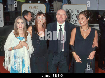 PHIL COLLINS English rock musician at the Golden Globe Awards in 2001 with his third wife Orianne Cavey at right and unidentified children. Photo: Jeffrey Mayer - Stock Image