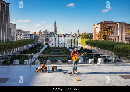 Musitian playing guitar at sunny day in Mont des Arts in Brussels - Stock Image