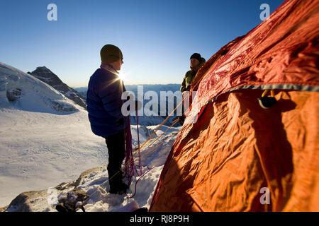 Bergsteiger vor Zeltbiwak am Olperer, Tuxer Alpen, Zillertal, Tirol, Österreich - Stock Image