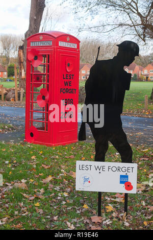 Lest We Forget WW1 Centenary, decorated telephone box in Compton, Surrey - Stock Image