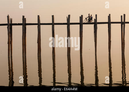 U Bein Teak Bridge at sunrise, Mandalay, Myanmar - Stock Image