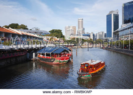 Tourist river cruise boat at Clarke Quay: Singapore. - Stock Image