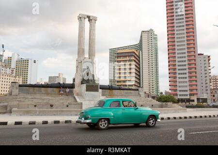 Cuba, Havana. Vintage car passes monument. Credit as: Wendy Kaveney / Jaynes Gallery / DanitaDelimont.com - Stock Image