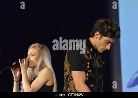 Bellmore, New York, USA. July 21, 2016.  Singers ROBBIE ROSEN, of American Idol top 8 Boys from Merrick, and SARAH - Stock Image