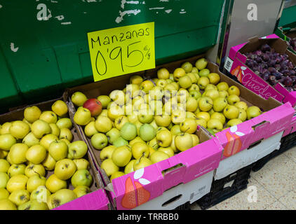 Golden Delicious Apples (Manzana is Spanish for Apple) on market stall in Spain - Stock Image