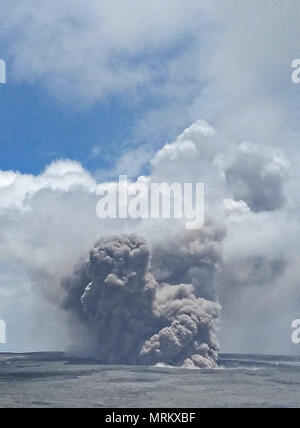 An ash plumes rises thousands of feet at the summit of the Kilauea volcano May 21, 2018 in Pahoa, Hawaii. - Stock Image