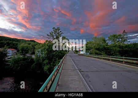 Sunset abovet he bridge over the Connecticut River between Beecher Falls, Vermont and Stewartstown, New Hampshire. - Stock Image