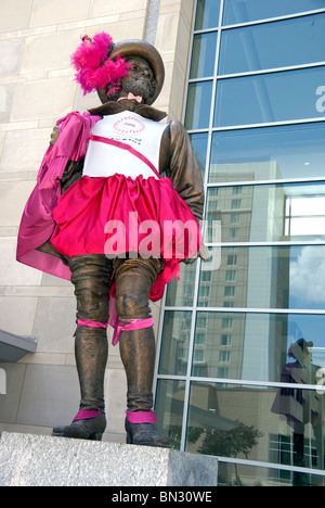 Sir Walter Raleigh statue dressed in a pink outfit for the 'Race for the Cure 2010' fundraising event week - Stock Image