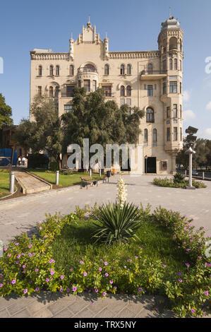 Azerbaijan, Baku, Central Baku, street scene w buildings - Stock Image