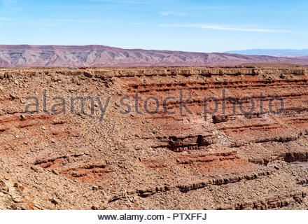 Vehicles are tiny at the edge of the 1,000 foot deep meander of the San Juan River at Goosenecks State Park near Mexican Hat, Utah USA - Stock Image