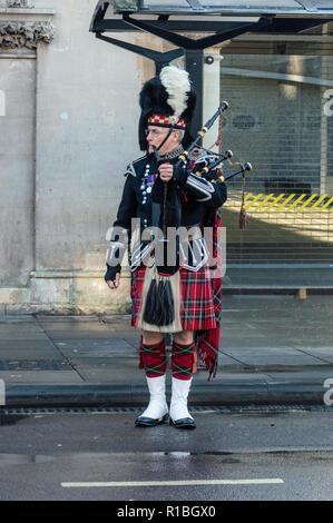Trowbridge, Wiltshire, UK. 11th Nov, 2018. Lone piper preparing to lead remembrance parade Credit Estelle Bowden/Alamy Live news - Stock Image