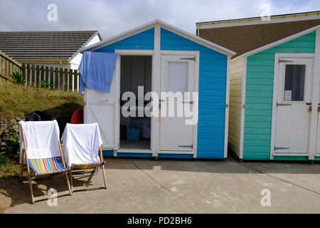 Bude, Cornwall, UK. UK Weather. A typical beach hut for hire in England with two deck chairs on a hot summer day - Stock Image