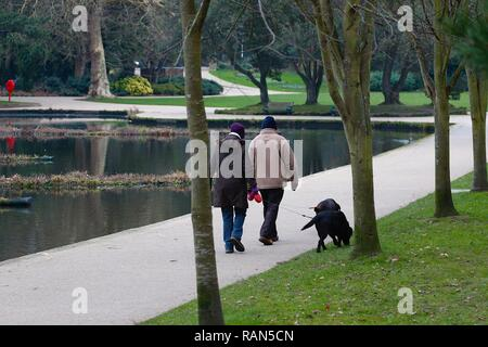 Hastings, East Sussex, UK. 05 Jan, 2019. UK Weather: A chilly start to the morning in Alexandra park in Hastings, East Sussex. A couple stroll around the park with dogs on leads. © Paul Lawrenson 2018, Photo Credit: Paul Lawrenson / Alamy Live News - Stock Image