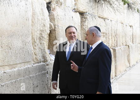 Israeli Prime Minister Benjamin Netanyahu, right, stands with U.S. Secretary of State Mike Pompeo at the Western Wall March 21, 2019 in Jerusalem, Israel. - Stock Image