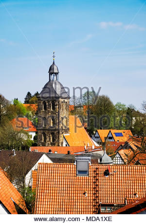 Die evangelisch Stadtkirche — the Protestant town church — of Tecklenburg with its surrounding neighborhood of red tile roofs - Stock Image