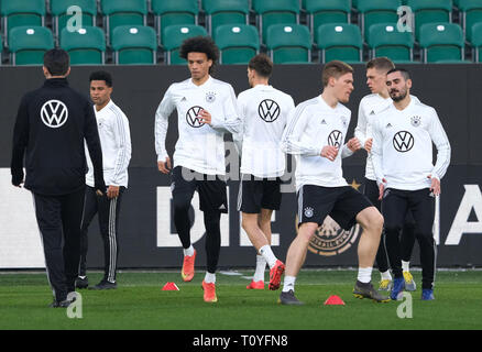 Wolfsburg, Germany. 22nd Mar, 2019. Soccer: National team, training before the European Championship qualifying match against the Netherlands in the Volkswagen Arena. Germany's Ilkay Gündogan (r), Lukas Klostermann, (2nd from right), Marcel Halstenberg (3rd from right) and Leroy Sane (3rd from left), train with the team. Credit: Peter Steffen/dpa/Alamy Live News - Stock Image