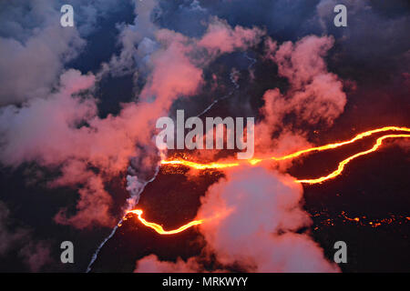 Channelized lava streams down the East Rift Zone from the eruption of the Kilauea volcano into the ocean May 23, 2018 in Pahoa, Hawaii. - Stock Image