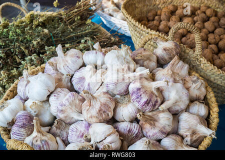 Basket of garlics outside shop in Setenil de las Bodegas, Cadiz Province, Spain. - Stock Image