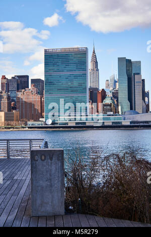Gantry Plaza State Park, and view of the East River and Midtown Manhattan - Stock Image