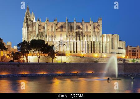 Kathedrale La Seu am Meerespark Parc de la Mar, Palma de Mallorca, Mallorca, Balearen, Spanien - Stock Image