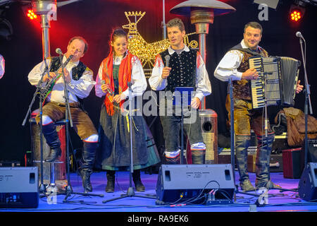 Public performance of traditional slovenian folklore music in Bled.  Band on stage is dressed in folk clothing - Stock Image
